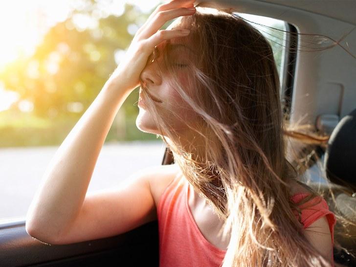 Ngồi vị trí gần cửa kính để hít thở không khí thông thoáng bên ngoài