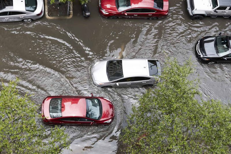 Nên làm gì khi ô tô bị ngập nước?